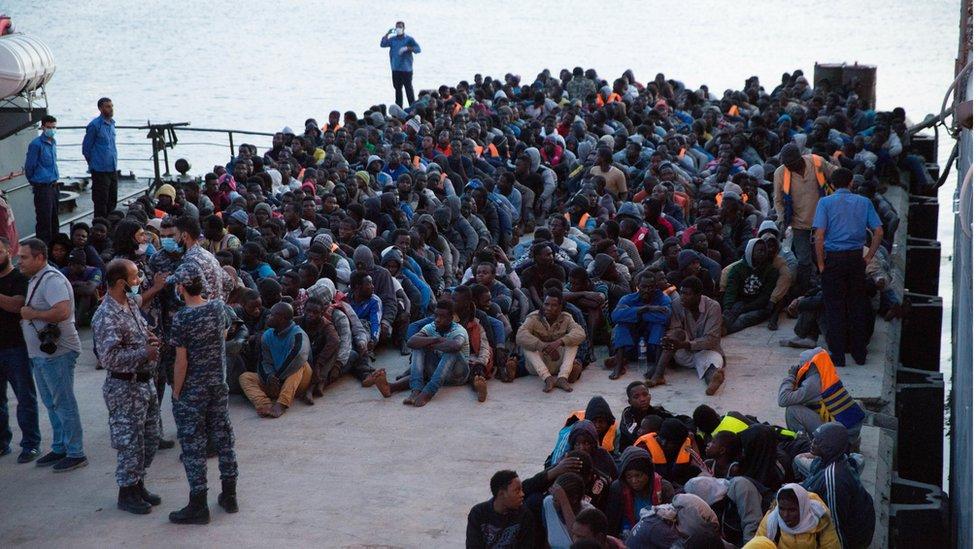 حرس السواحل الليبي يحرس وئات اللاجئين بعد إنقاذهم من البحر