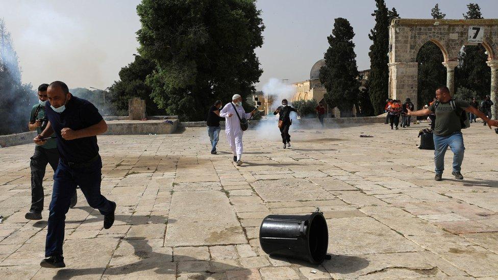 Polisi Israel melempar granat ke arah orang Palestina yang membalas dengan lembaran batu dan benda lain dalam bentrokan di seputar masjid al-Aqsa di kawasan Yerusalem Timur yang diduduki Senin (10/05).