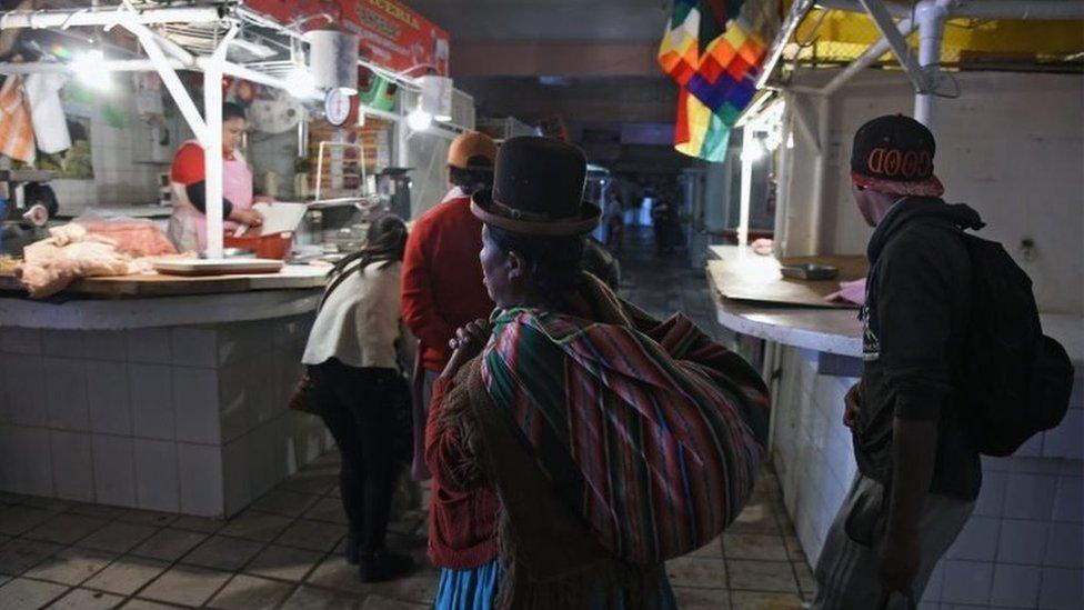 Personas en un mercado de La Paz