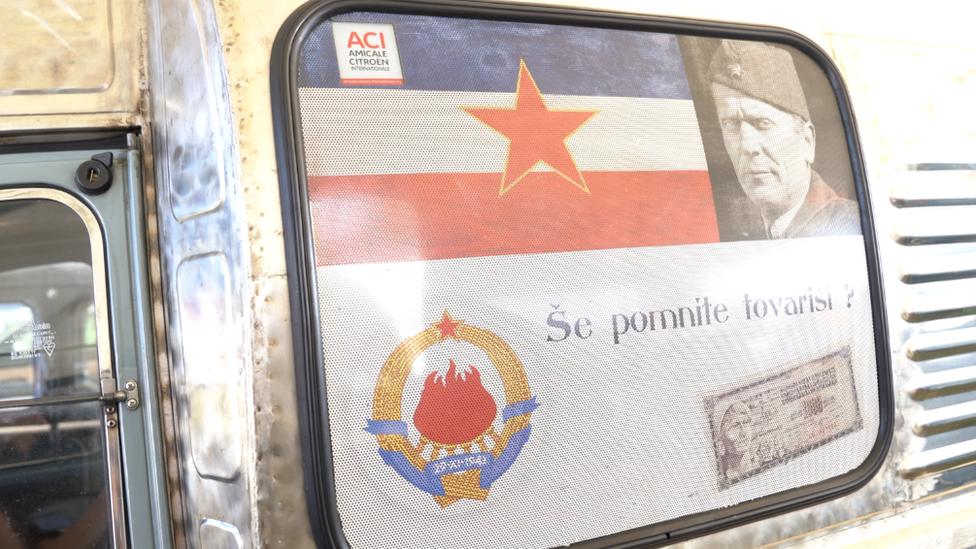 Spaček ferguson sa Titovom slikom