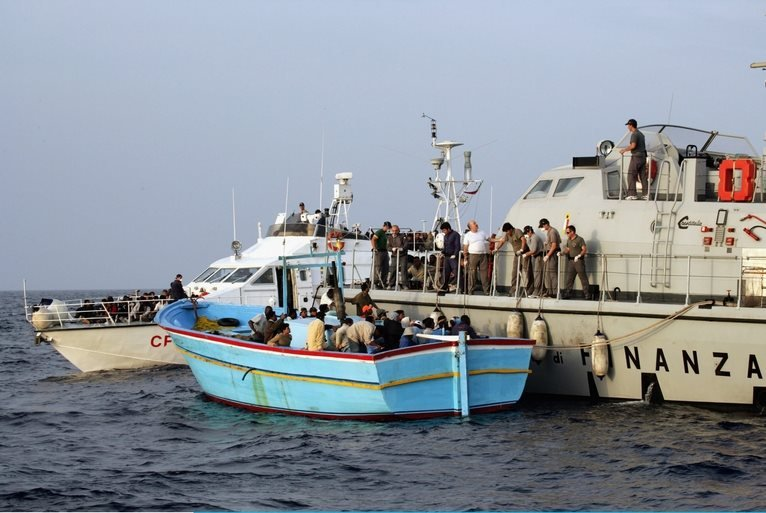 خفر السواحل الإيطالية تنقذ المزيد من المهاجرين غير الشرعيين