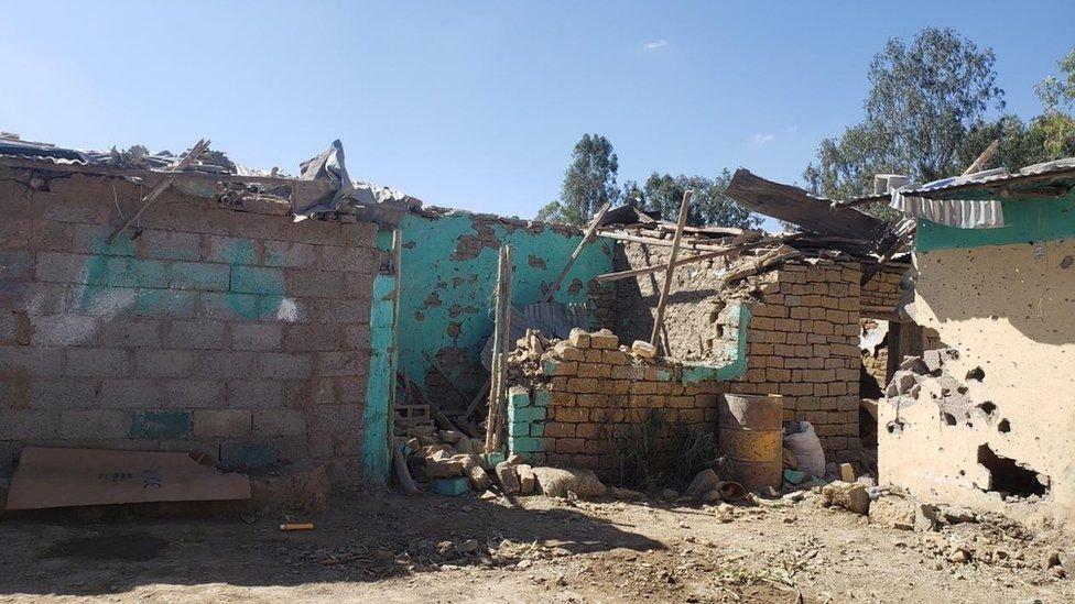 يقول شخص تحدث لبي بي سي إن هذا المنزل تعرض للقصف مما أسفر عن مقتل أفراد أسرة بالكامل
