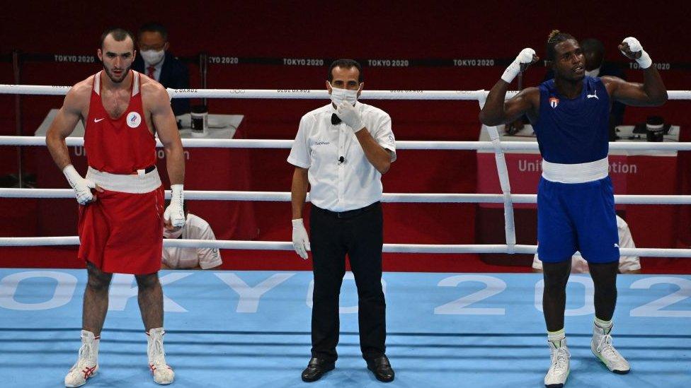 Julio La Cruz y Muslim Gadzhimagomedov tras el fin del combate.