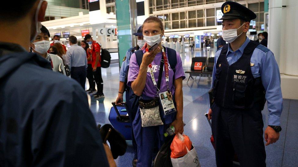 齊馬努斯卡婭(中)在日本警視廳警員陪伴之下以手機與外界通話(1/8/2021)