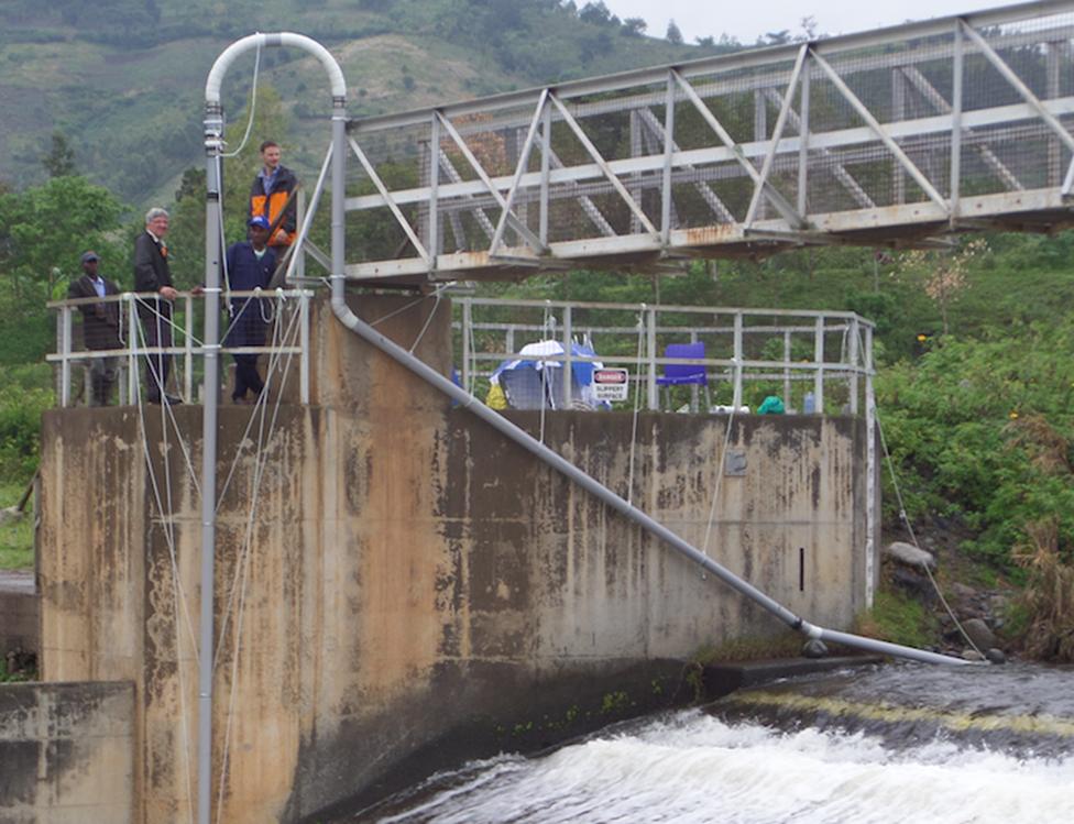 Roger Rassool, Bryn Sobott y colaboradores con el FREO2 Siphon en Uganda