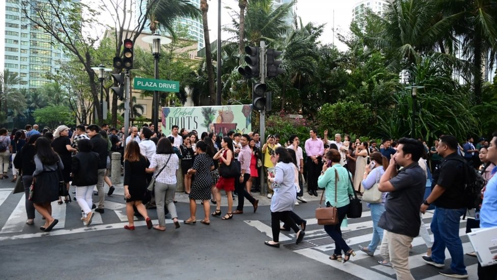 Ljudi se evakuišu iz zgrade u Manili