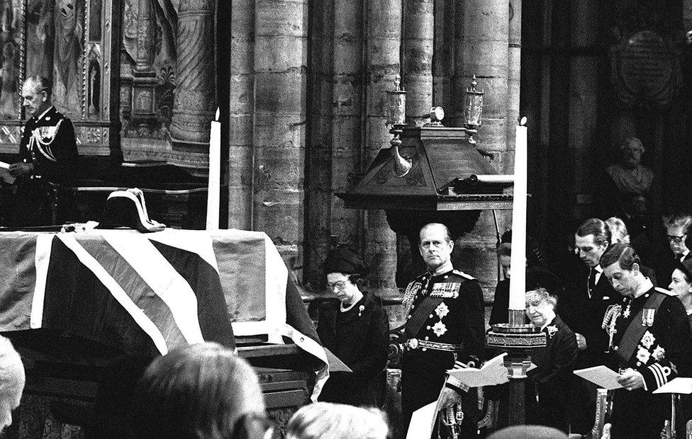 في آب /أغسطس 1979، قُتل ابن عم الملكة اللورد لويس مونتباتن، عاد إثرها الأمير من فرنسا فورا.