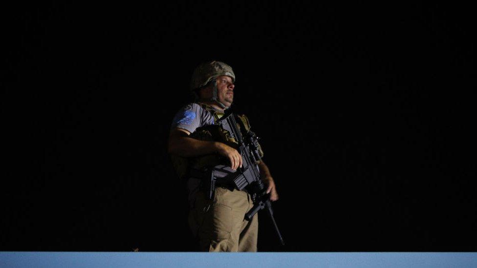 Un civil armado en un techo en Kenosha, Wisconsin