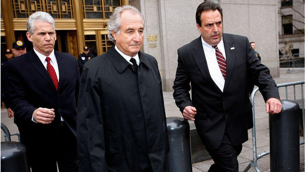 Bernard Madoff sale del tribunal federal de Nueva York, en 2009