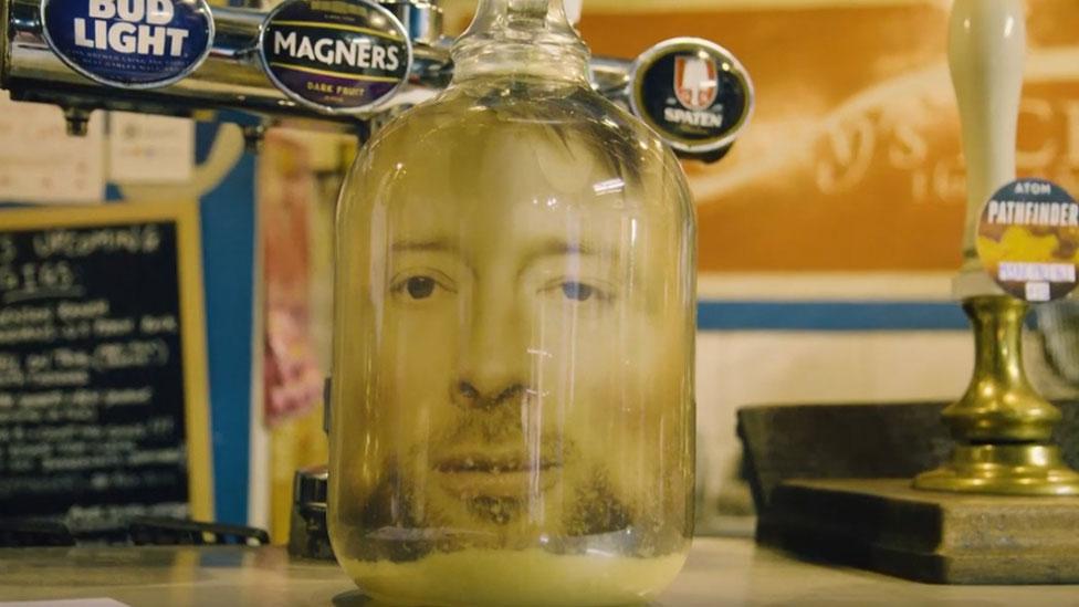 Tom Jork u tegli turšije na šanku Nju Adelfi Klaba u Halu, gde je svirao mladi Radiohead