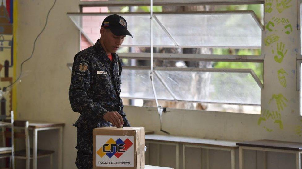 Militar votando