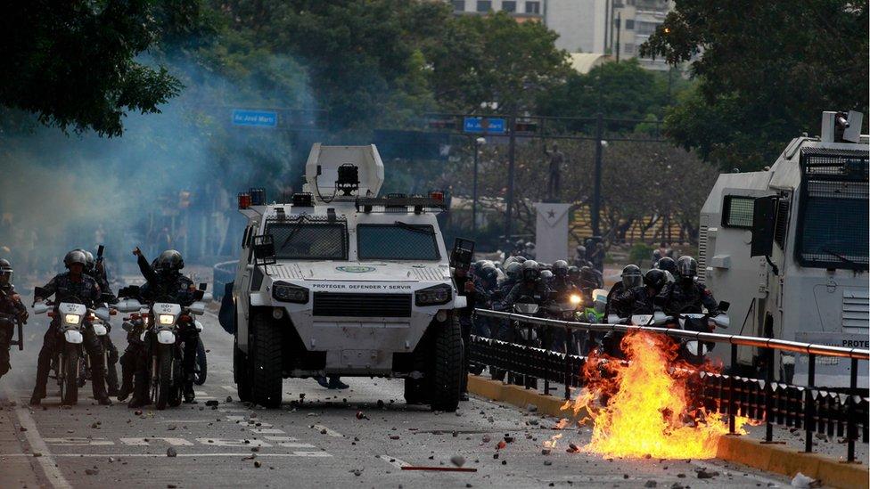 policija na protestu
