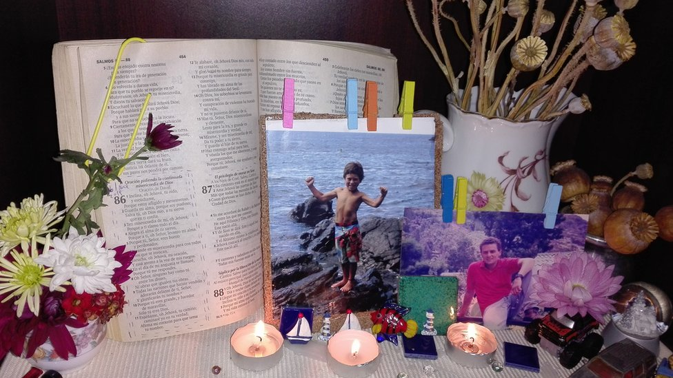 """El altar donde su madre recuerda a """"puntito""""."""