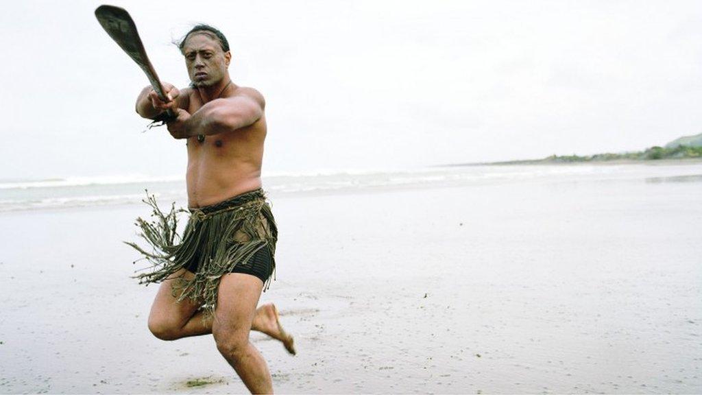 一名毛利族男子表演波華麗(pōwhiri),這是毛利人一種歡迎儀式。