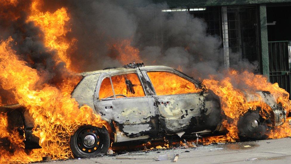 Carro bomba en llamas.