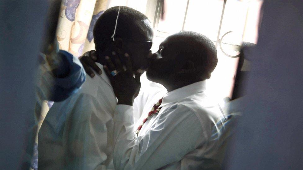 Dos hombres se besan en Nairobi