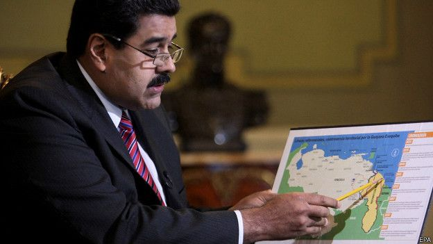 Maduro señalando un mapa