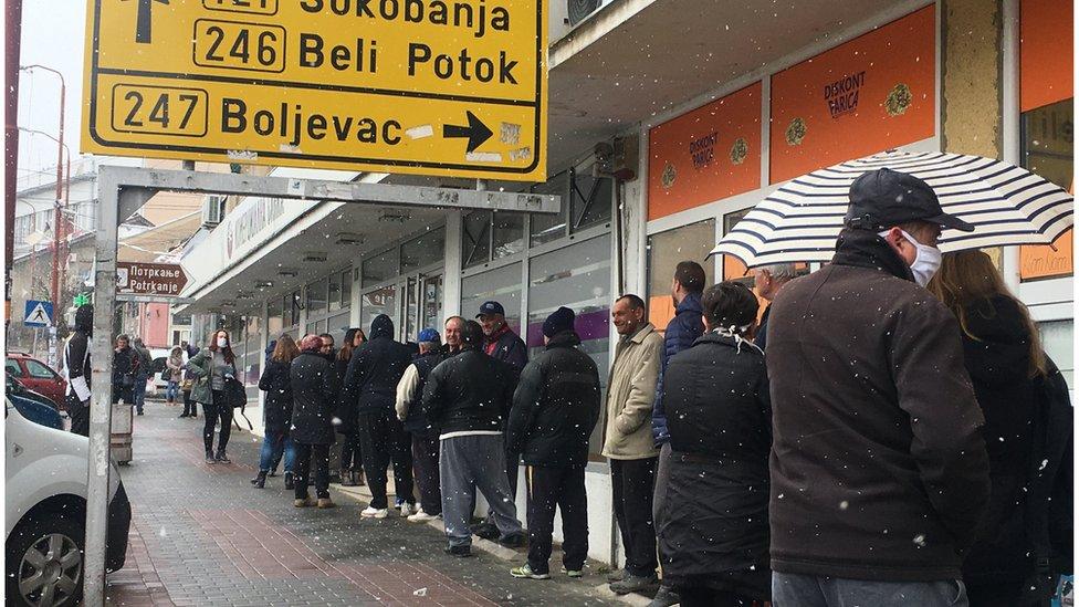 Ljudi čekaju pred bankom u centru Knjažnjevca, mart 2020.