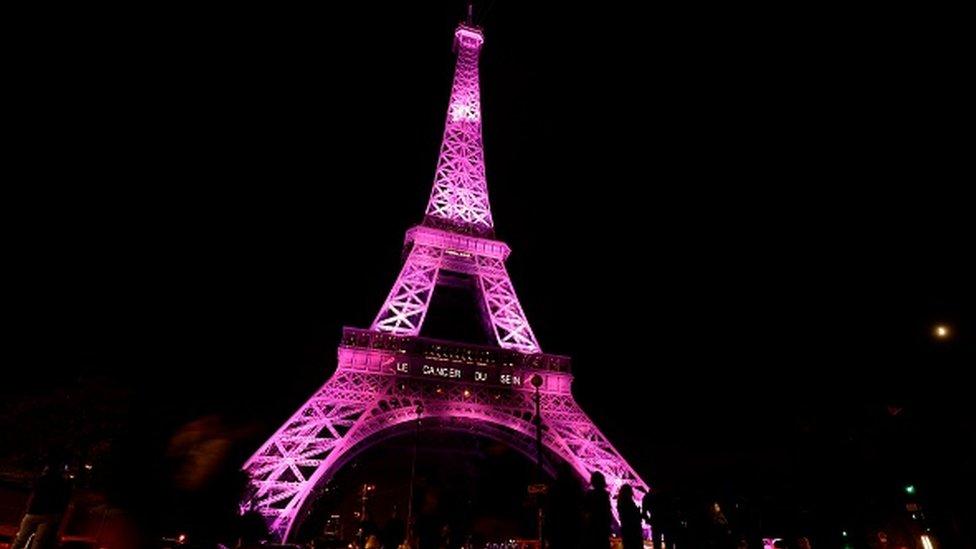 La torre Eiffel iluminada de rosa