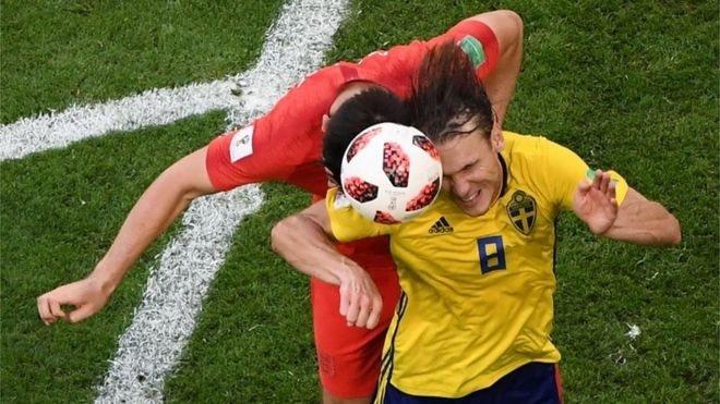 Настільки небезпечно бити футбольний м'яч головою?