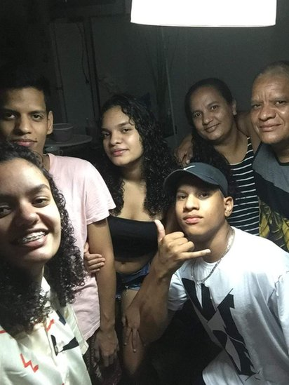 Ivani com o marido e os filhos