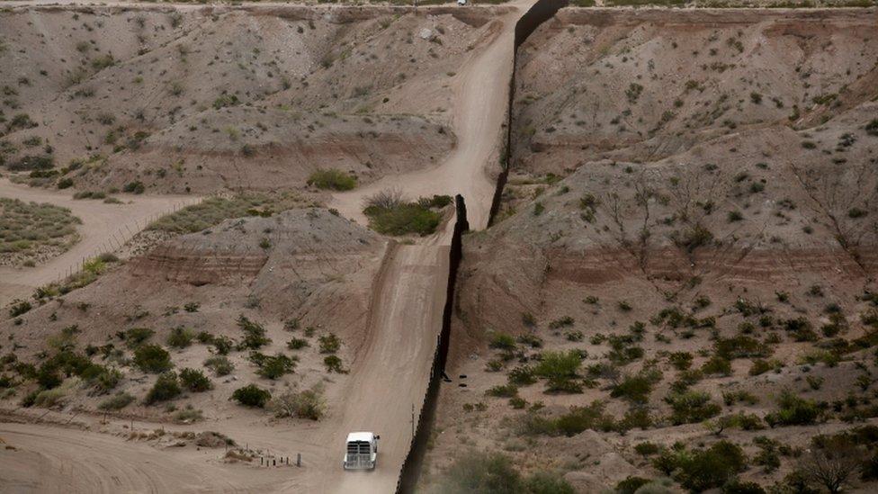 Patrulla fronteriza en el camino