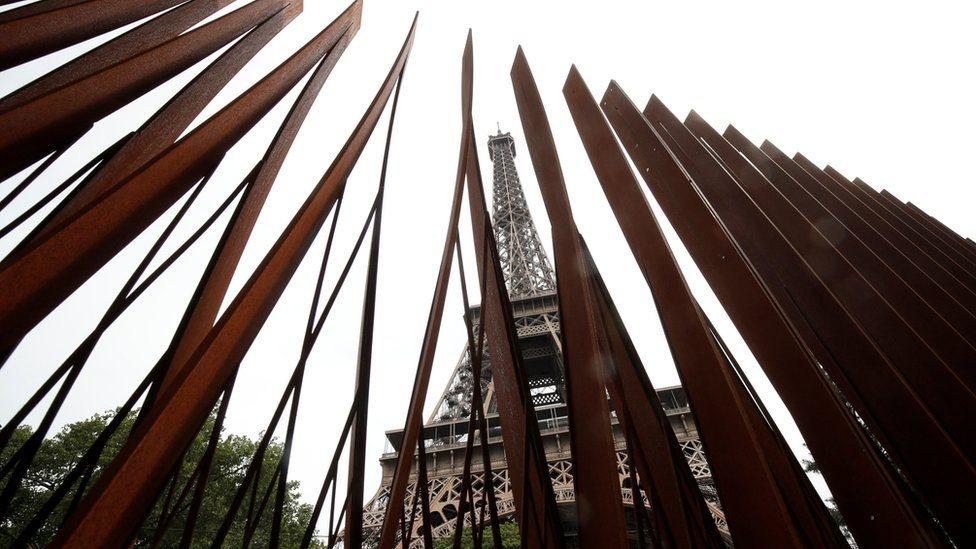Dua sisi lainnya dibatasi pagar pembatas dari logam setinggi 3,24 m, tepat seperseratus ketinggian menara.