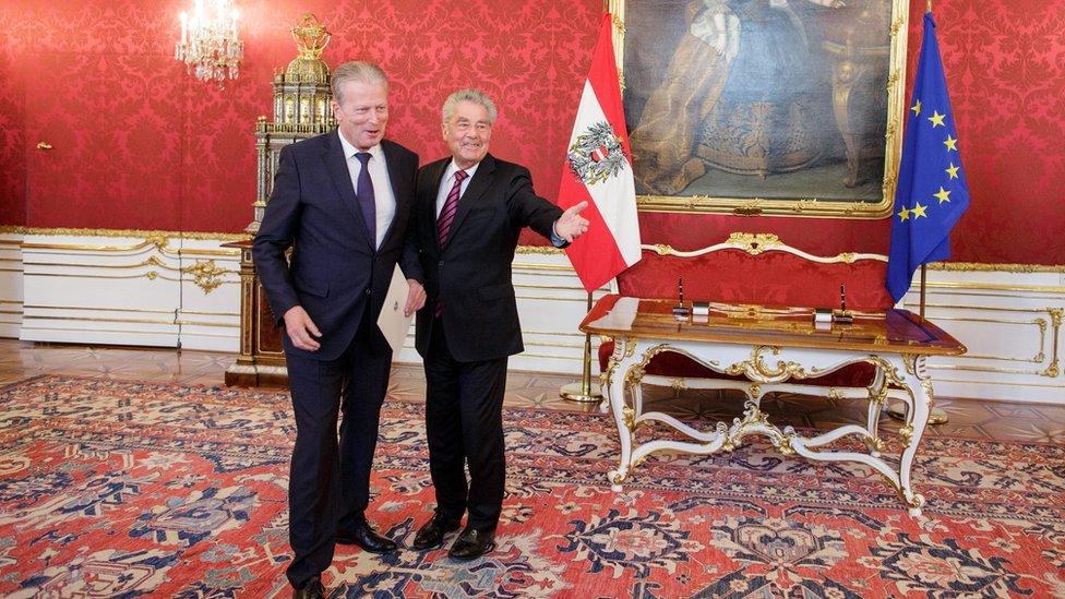 Reinhold Mitterlehner (L) and Austrian President Heinz Fischer (R), in Vienna, Austria (9 May 2016)