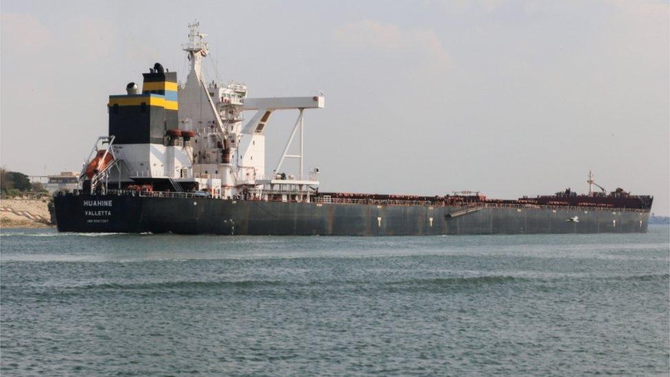 حدى السفن تبحر في قناة السويس بعد نجاح جهود تعويم السفينة وفتح الطريق أمام حركة الملاحة