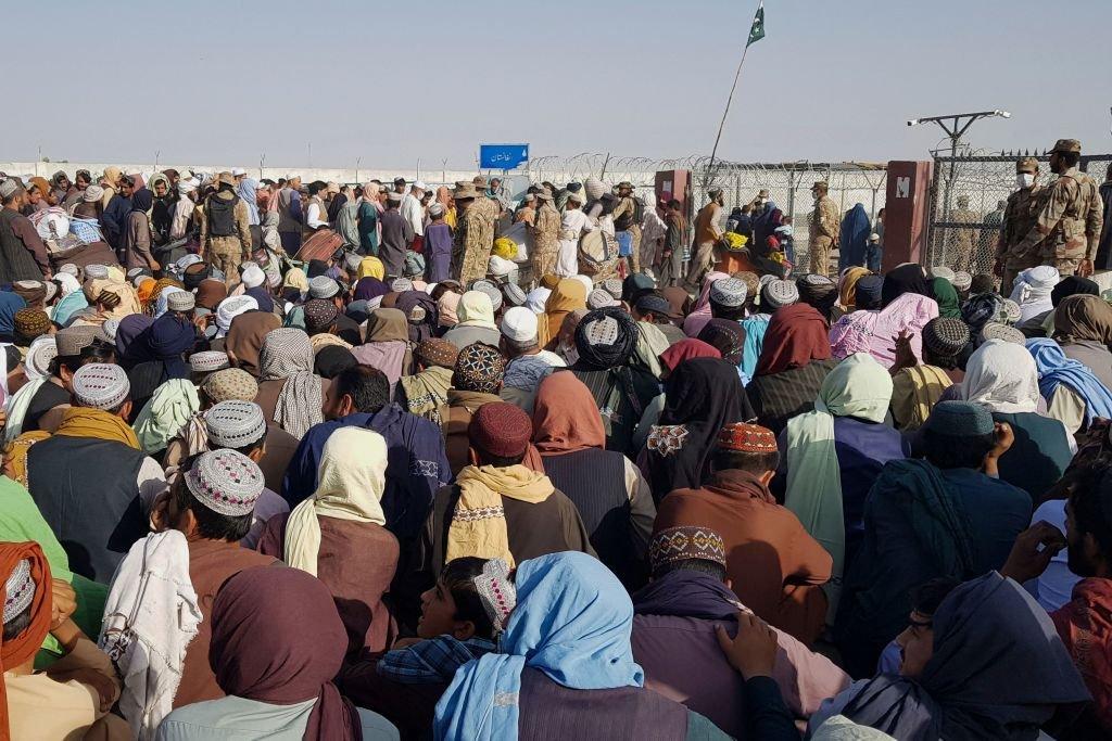 Una multitud de civiles afganos se reúne en el paso en la ciudad paquistaní de Chaman el 21 de agosto de 2021.