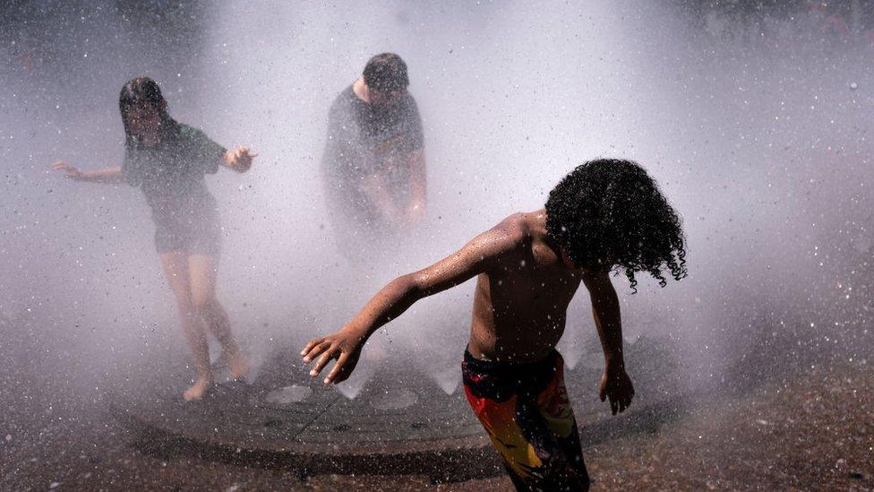 niños refrescándose en Portland