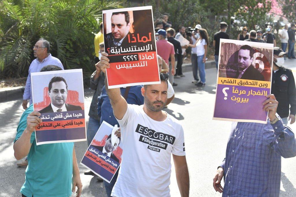 محتجون على فادي بيطار يرفعون لافتات تندد به