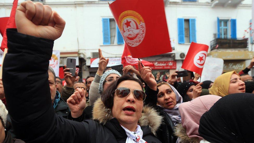 تونسيون يحتفلون بالذكرى الثامنة لثورتهم