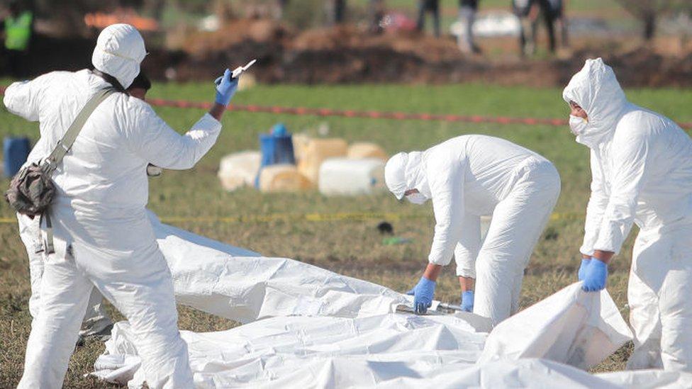 En esta foto del 19 de enero se observa a un equipo de médicos forenses en el lugar en el que ocurrió la explosión.