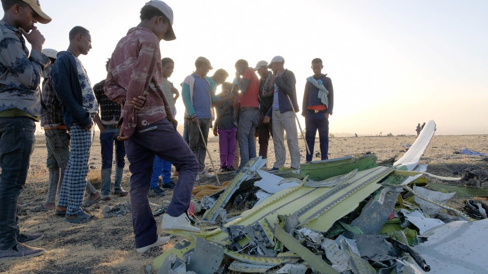 Orang-orang berkerumun di lokasi kecelakaan fatal Ethiopian Airline