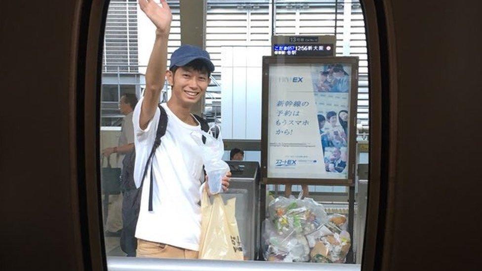 Morimoto despidiéndose en la estación de tren.