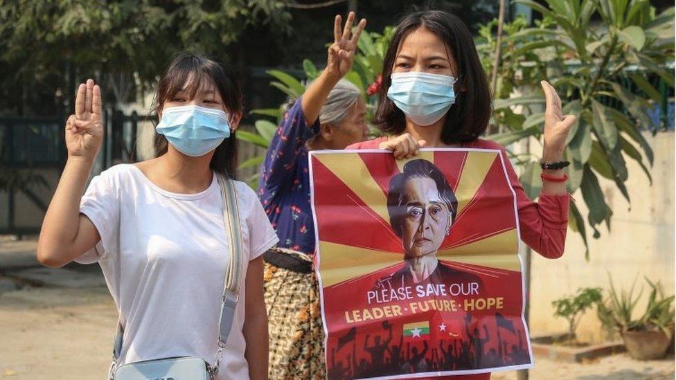 Manifestantes con una imagen de la líder detenida Aung San Suu Kyi en Mandalay
