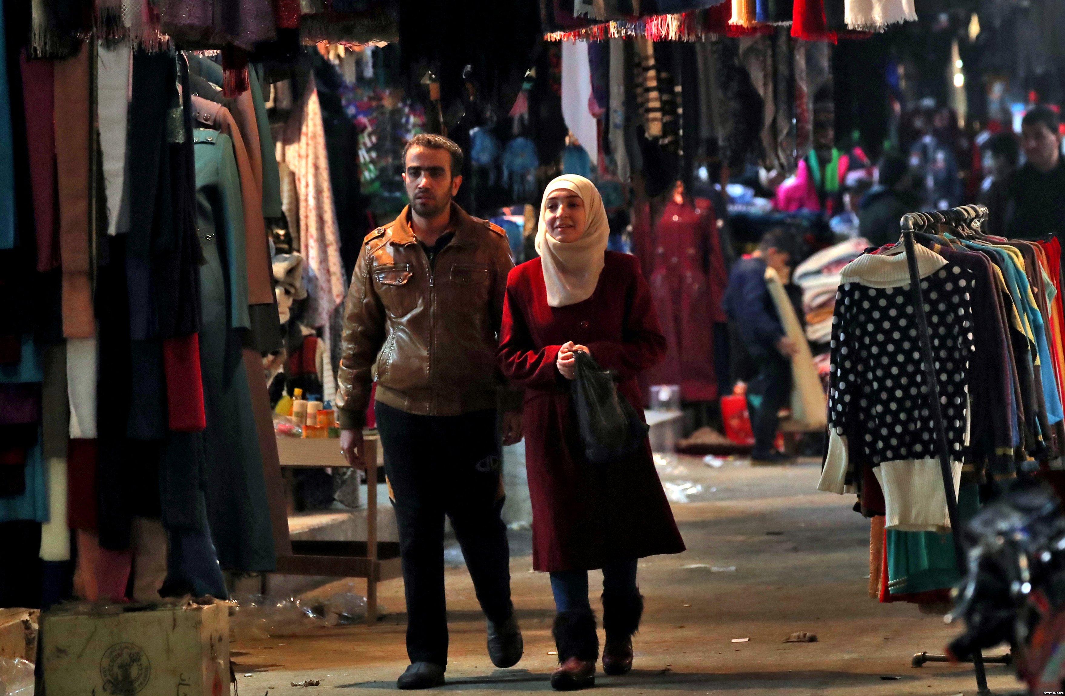 زوجان في يسيران في سوق في سوريا