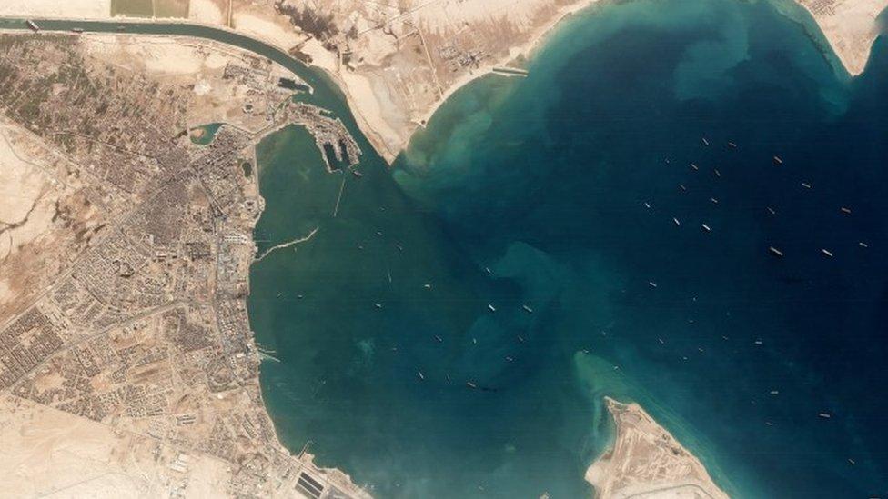 Imagen satelital de los barcos varados en un lago del Canal de Suez