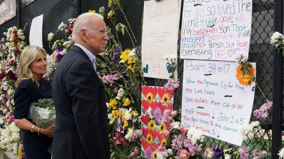 El presidente Joe Biden y su esposa Jill visitaron el viernes el muro donde se homenajea a las víctimas de Surfside