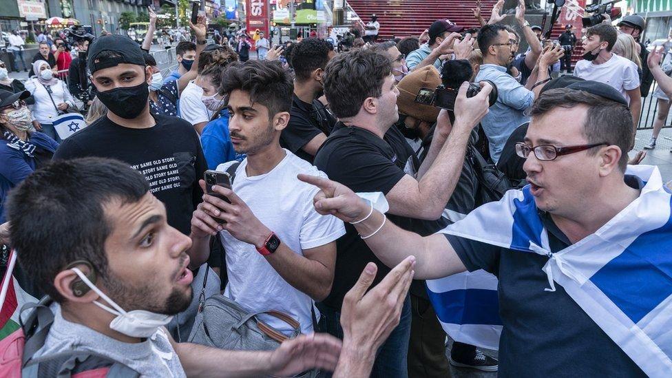 اندلعت اشتباكات بين الجماعات الموالية لإسرائيل والفلسطينيين في تايمز سكوير في وقت سابق من هذا الشهر