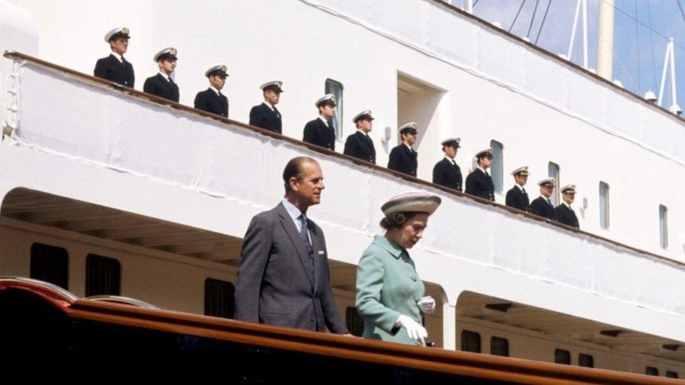 الملكة إليزابيث الثانية ودوق أدنبرة ينزلان من يخت بريطانيا الملكي في حوض السفن في بورتسموث في 29/06/1977