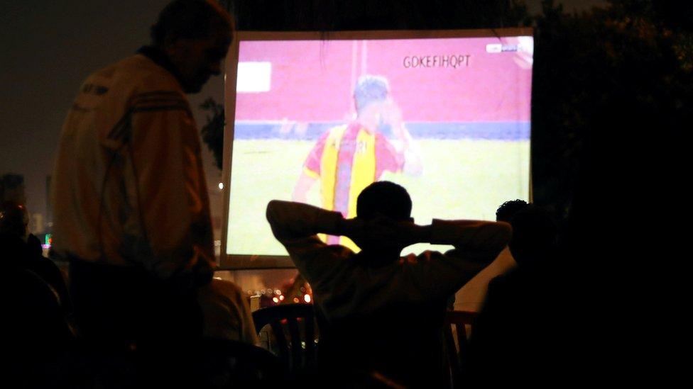 مشجعون للأهلي في أحد مقاهي القاهرة