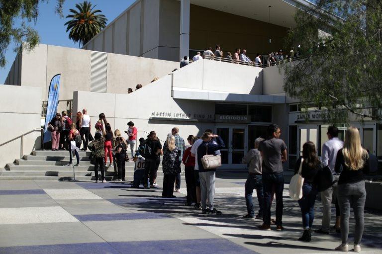 Una larga fila de votantes en Los Ángeles