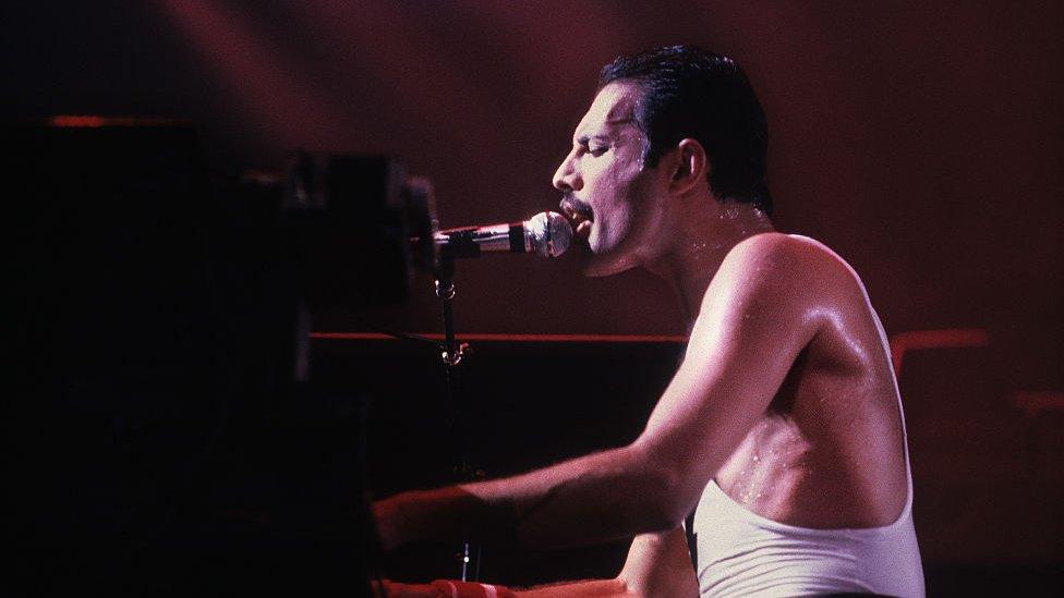 Freddie Mercury tocando el piano.