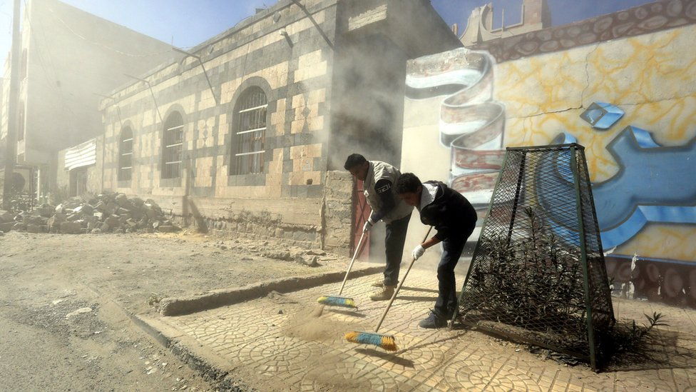 Yemenis clean up a street in Sanaa during a clean-up campaign (12 December 2017)