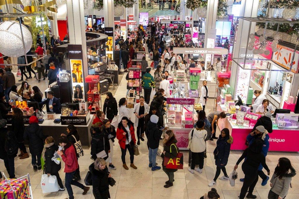 متسوقون في متجر في نيويورك
