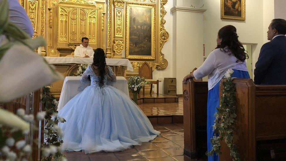Mónica en la misa