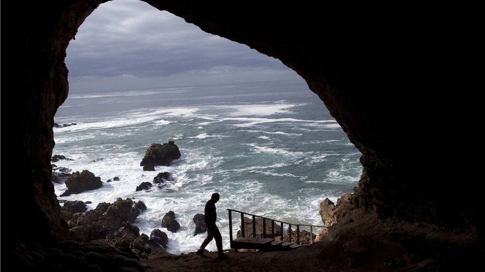 deniz kıyısındaki bir mağara.