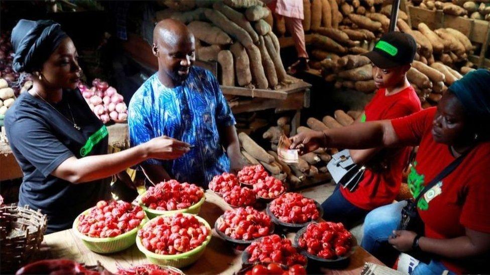 يستخدم الناس في نيجيريا نوعا من الإنجليزية المبسطة كلغة تواصل مشترك